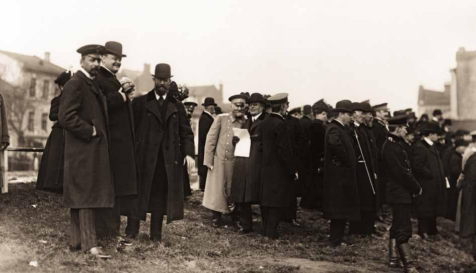 Председатель Совета ИРПО князь А. Д. Львов на испытаниях огнетушителей. 22 сентября 1909 г.  Фотография К. Булла
