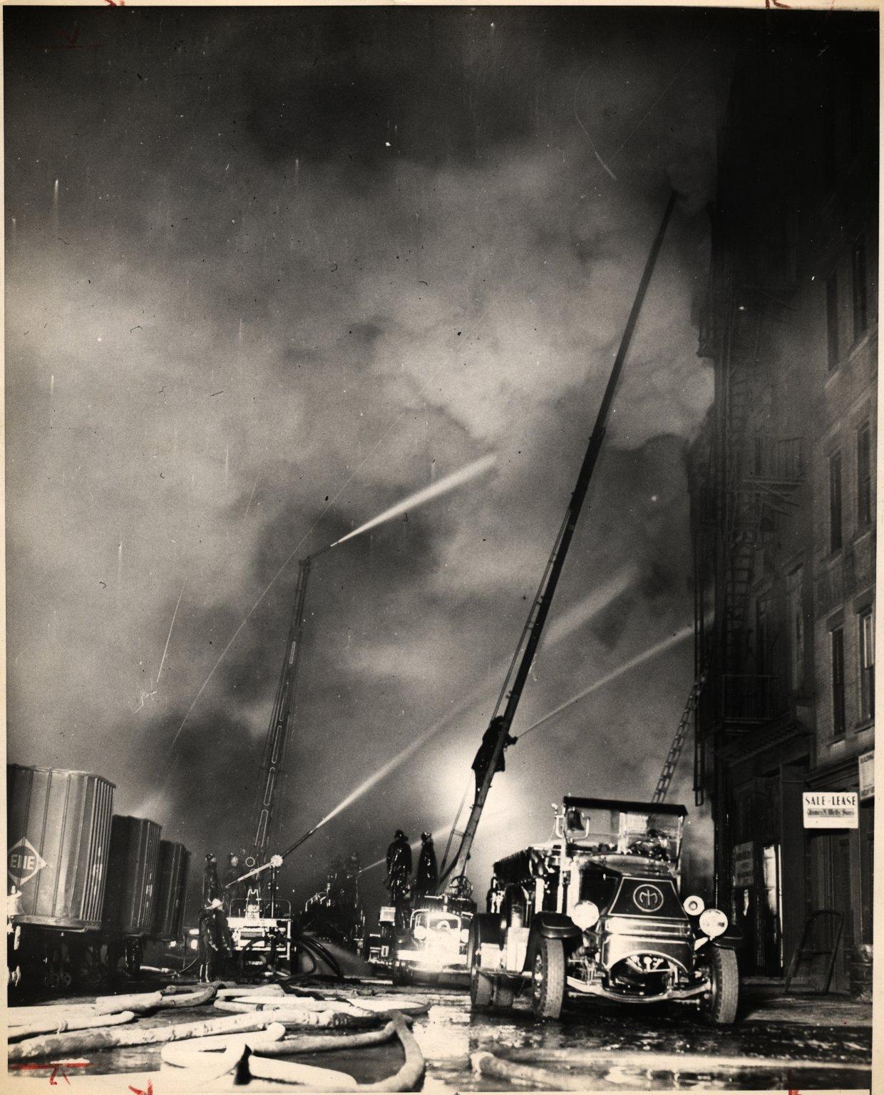 Пожарная водяная башня и пожарная автолестница на тушении пожара. Нью-Йорк, США. Начало 20 века