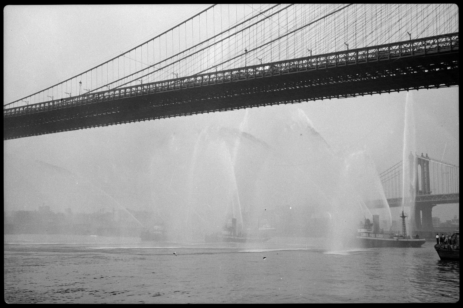 Церемонии на день открытых дверей пожарной части № 77 (морской части № 7). Работа пожарных катеров под Бруклинским мостом. Нью-Йорк, США. 28 июля 1931 года