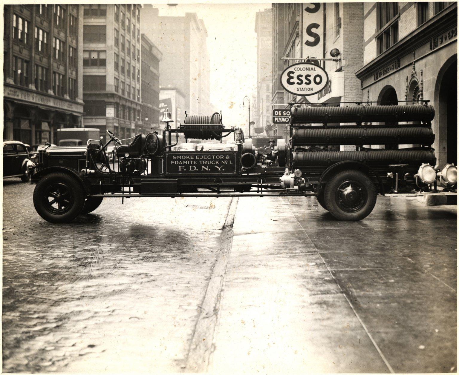 Пожарный автомобиль пенного тушения и дымозащитный. Нью-Йорк, США. Начало 20 века