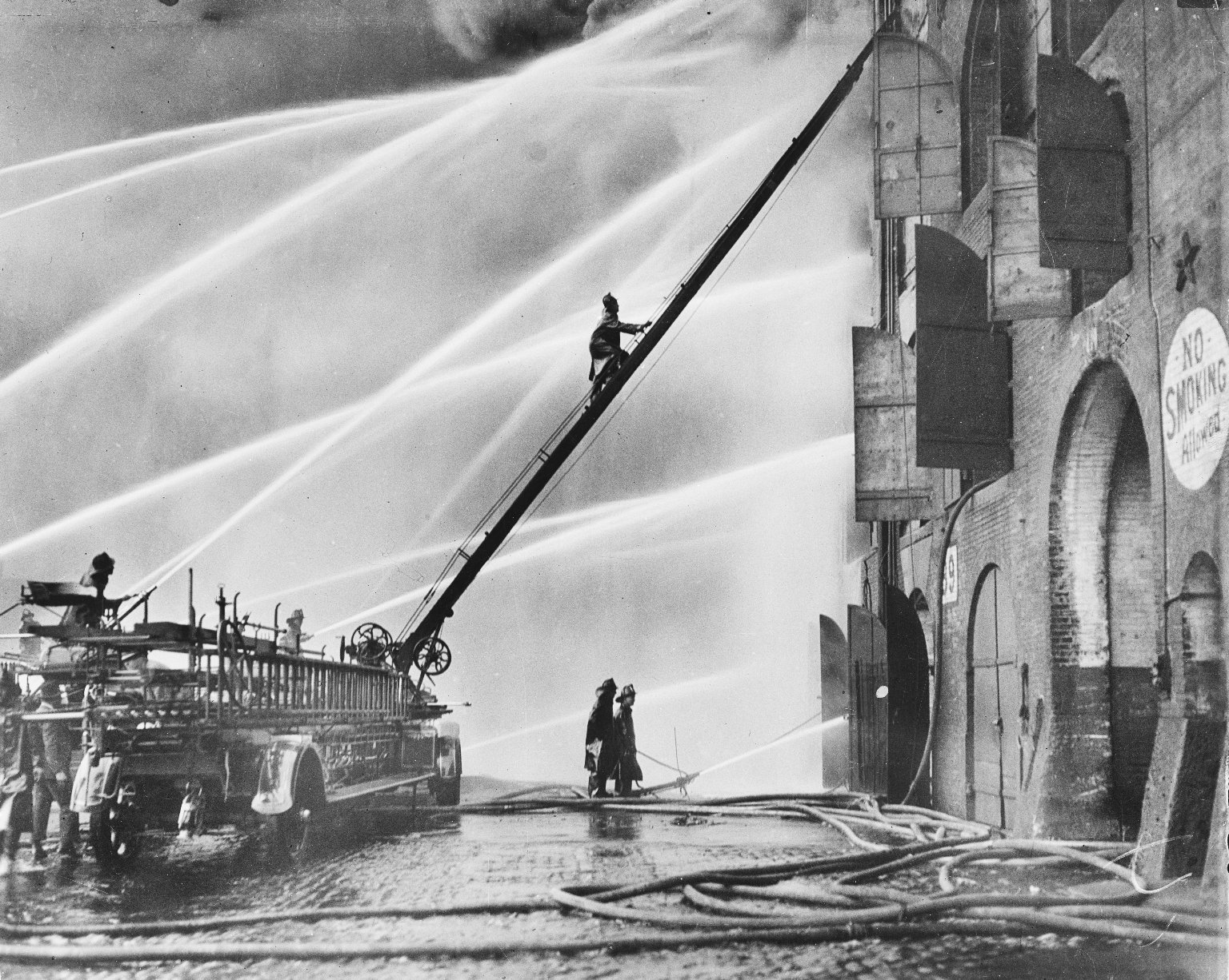 Пожар на складе. Пожарная автолестница American LaFrance. Нью-Йорк, США. Начало 20 века