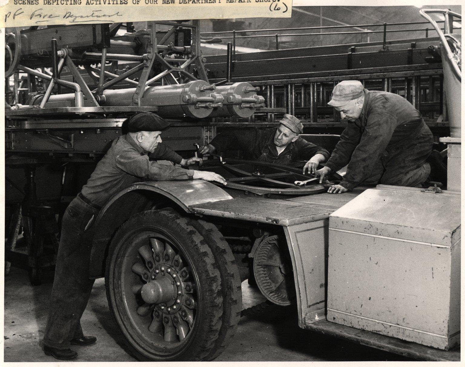 Работа механиков в мастерских пожарного департамента. Нью-Йорк, США.1950-е