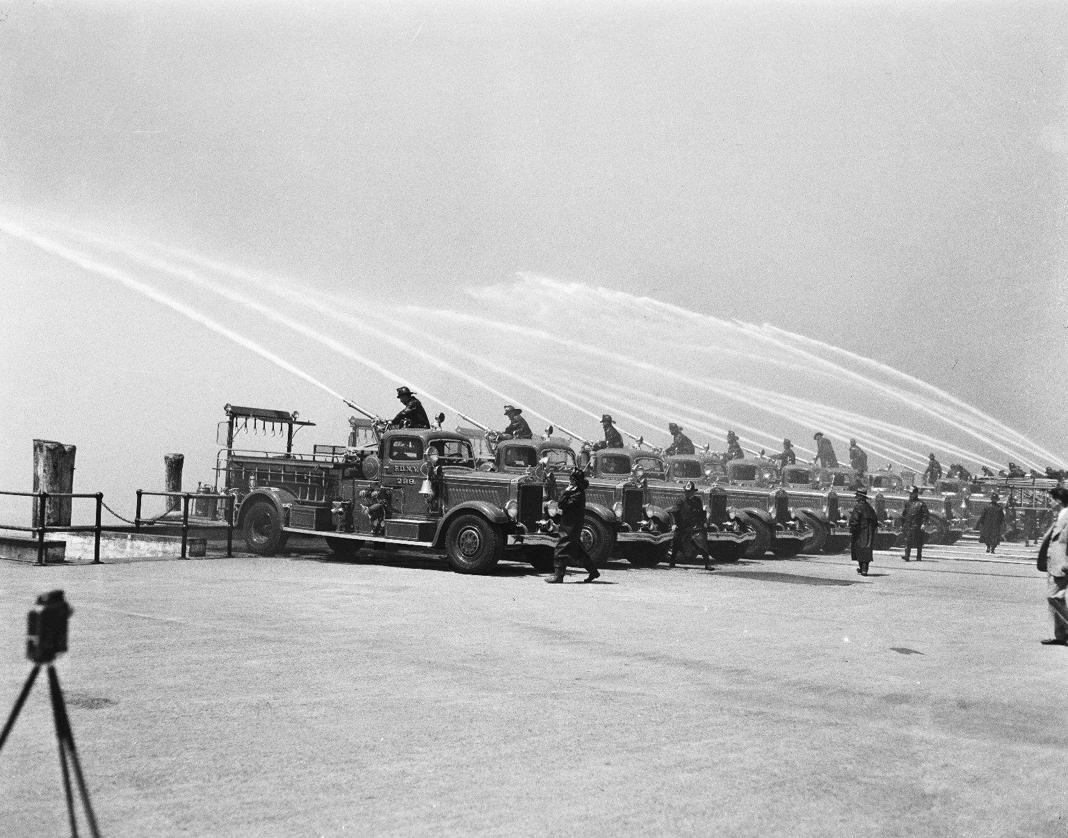 Учения пожарных с автонасосами. Нью-Йорк, США. 1937 год