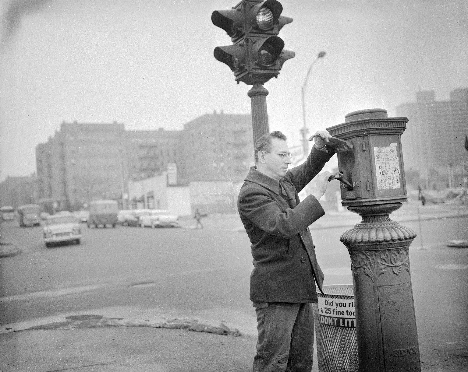 Тестирование уличной пожарной сигнализации. Нью-Йорк, США. 1950-е