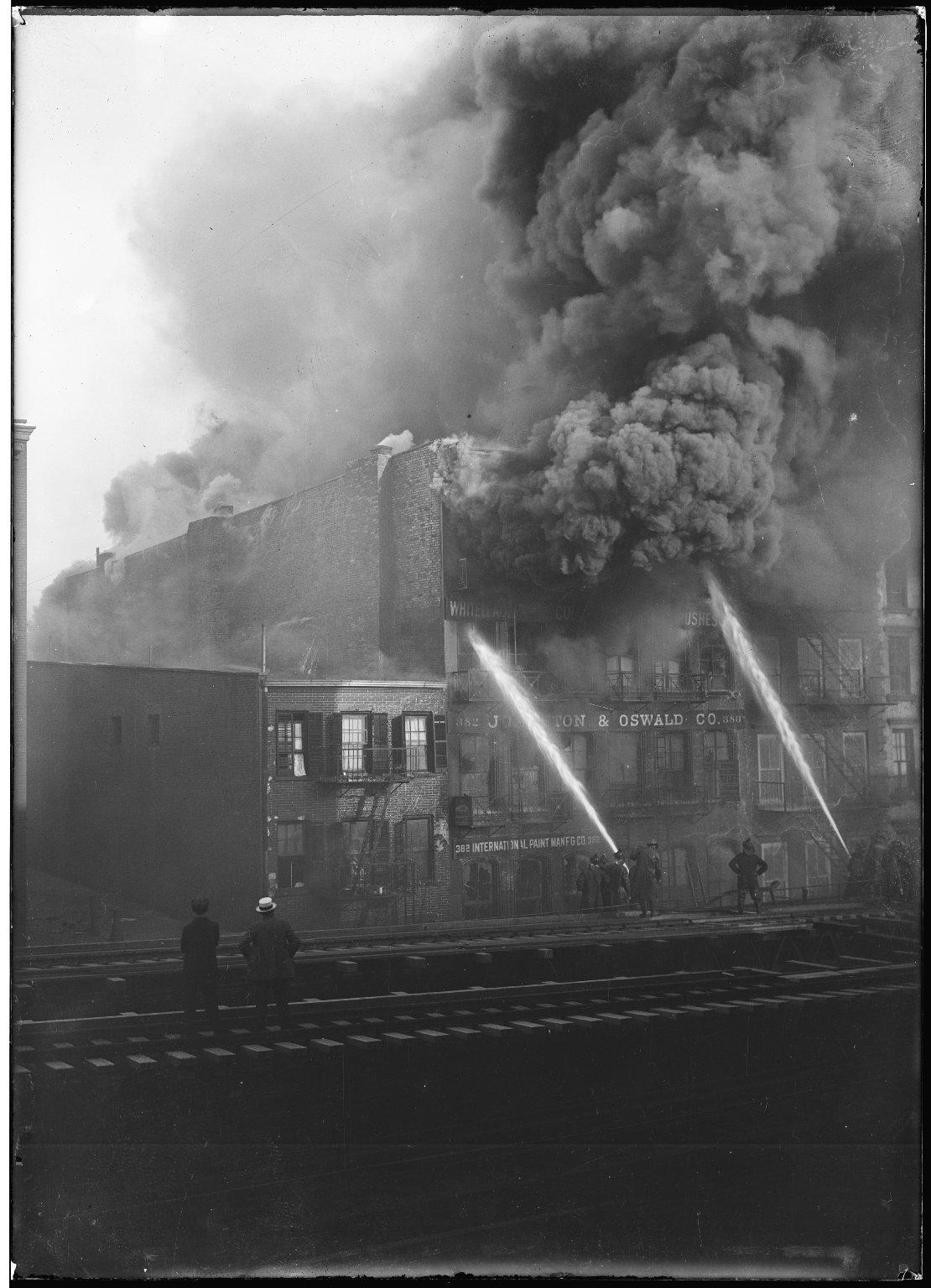 Тушение пожара с помощью лафетных стволов. Нью-Йорк, США. 1930-е