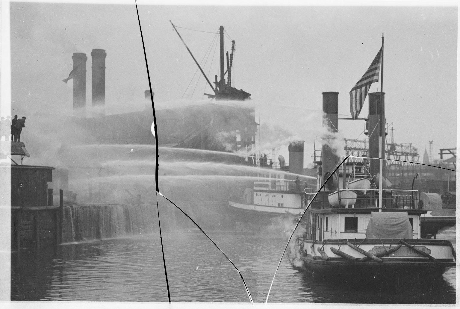 Тушение пожара с помощью пожарных катеров. Нью-Йорк, США. 1950-е