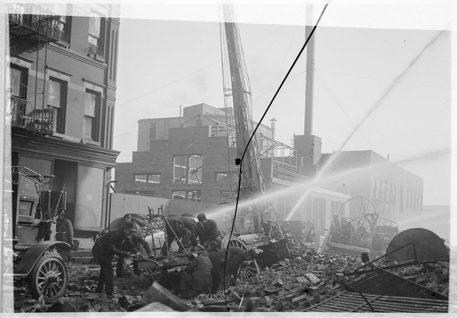 Уничтоженная пожаром водяная башня. Нью-Йорк, США. Начало 20 века