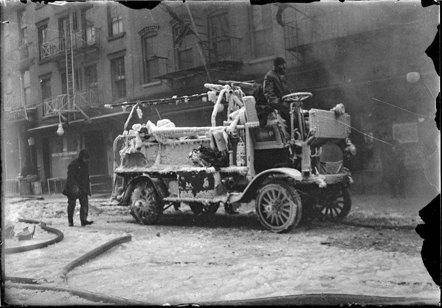 Покрытый льдом пожарный насос. Нью-Йорк, США. Начало 20 века