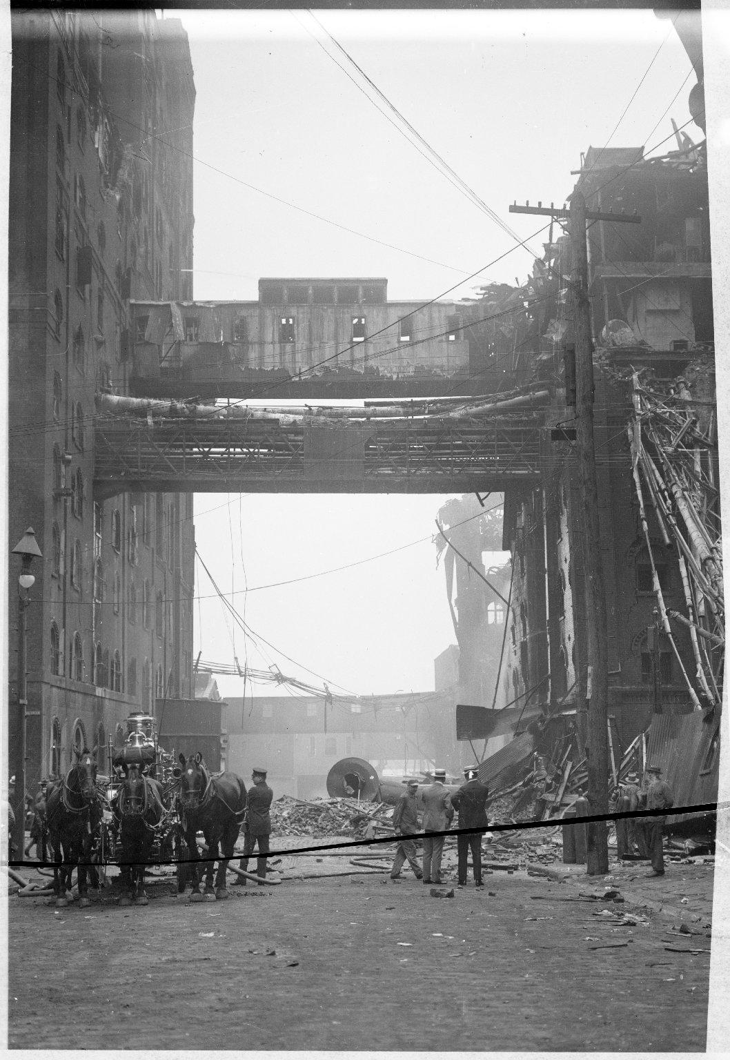 Паровой пожарный насос с конной упряжью на тушении пожара. Нью-Йорк, США. Начало 20 века