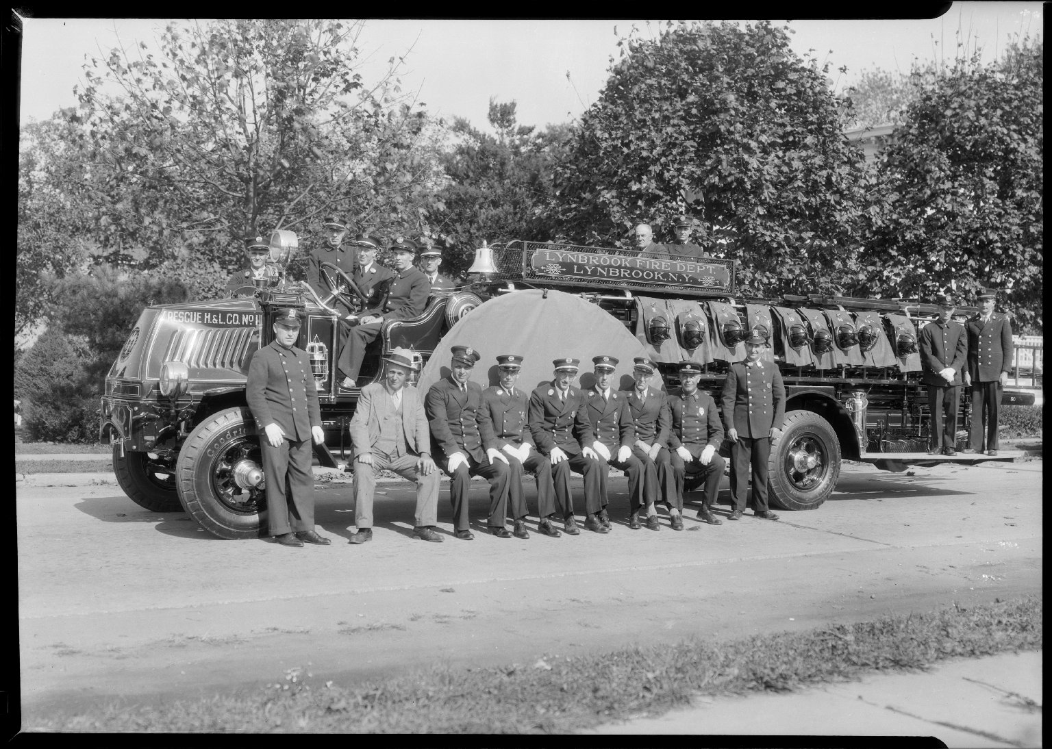 Групповая фотография пожарного департамента Линдбрука, Нью-Йорк, США. Начало 20 века