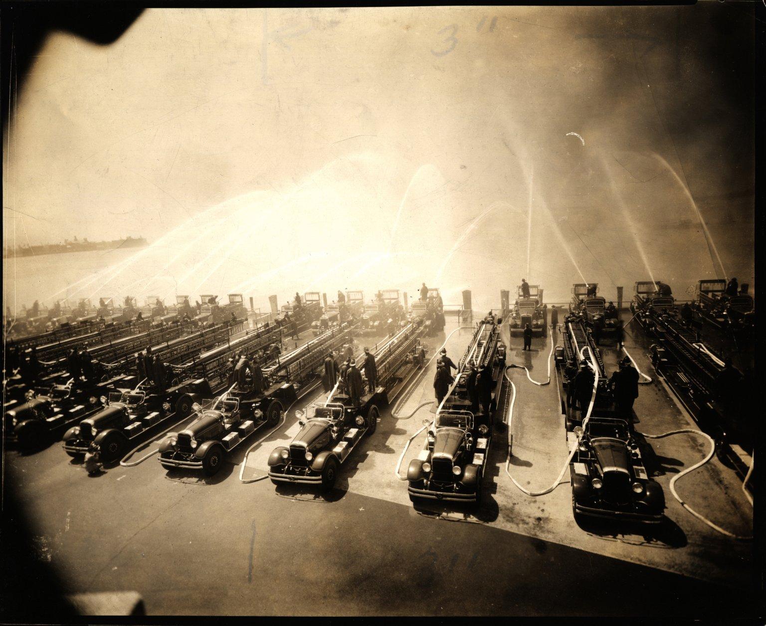 Испытания новой пожарной техники в Баттери-Парк. Нью-Йорк, США. 1937 год