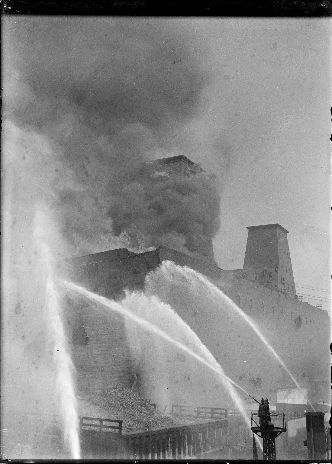 Тушение пожара в доках, Нью-Йорк, США. 1917 год