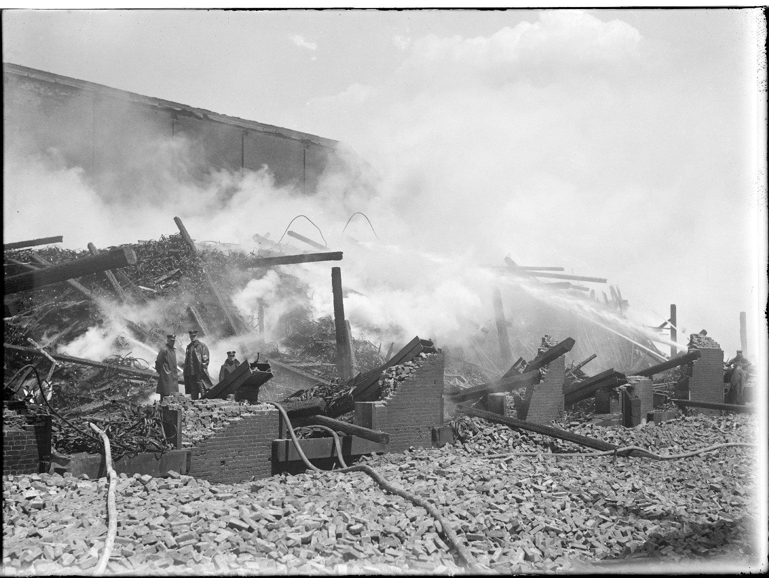 Пожарные инспекторы на сгоревшем складе. Нью-Йорк, США. 1950-е