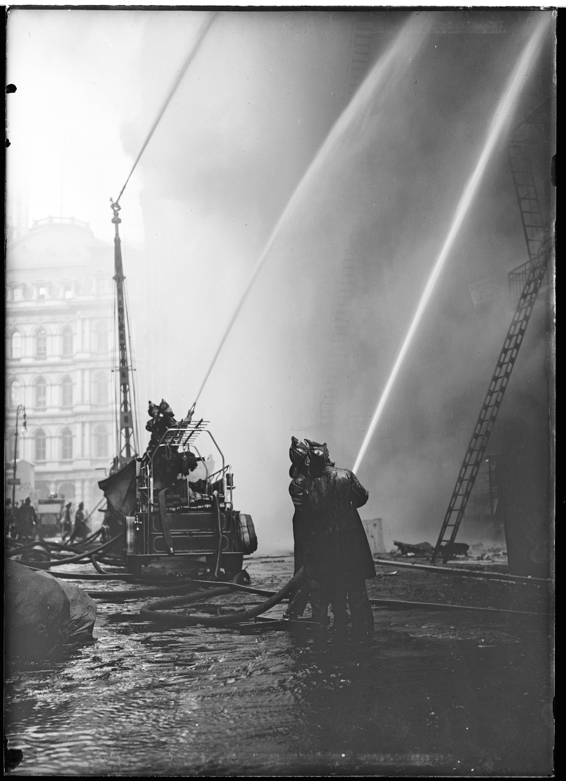 Тушение пожара около мэрии. Водяная башня и автонасос. Нью-Йорк, США. 1920-е
