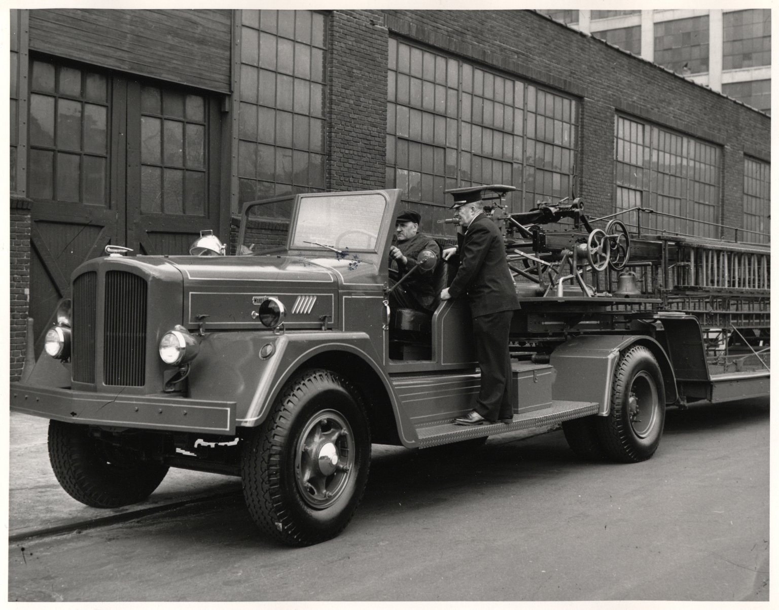 Инспекция работы водителя автолестницы. Нью-Йорк, США. 1930-е