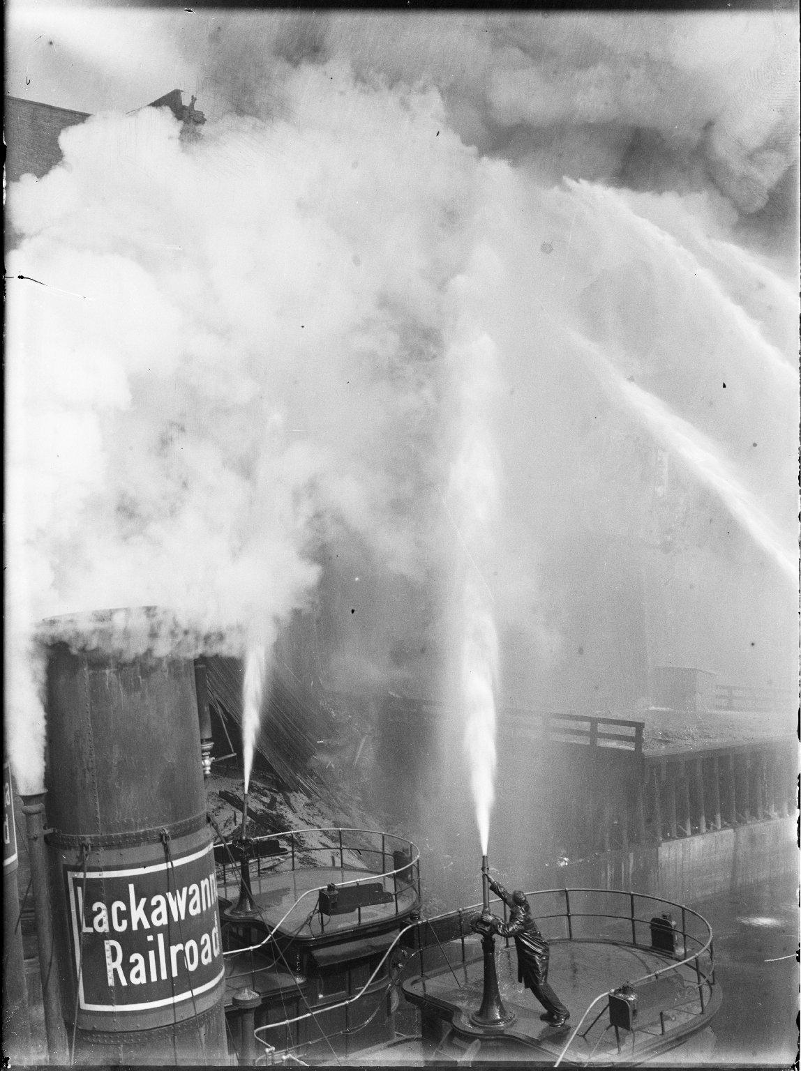 Тушение пожара на пирсе с пожарного катера. Нью-Йорк, США. 1930-е
