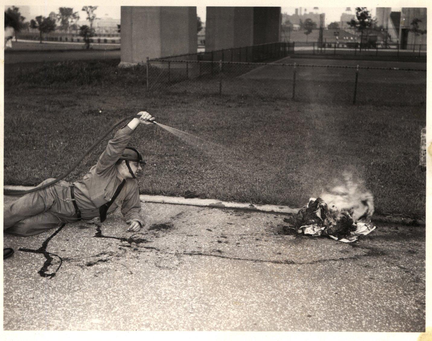 Демонстрация тушения возгорания. Нью-Йорк, США. 1940-е