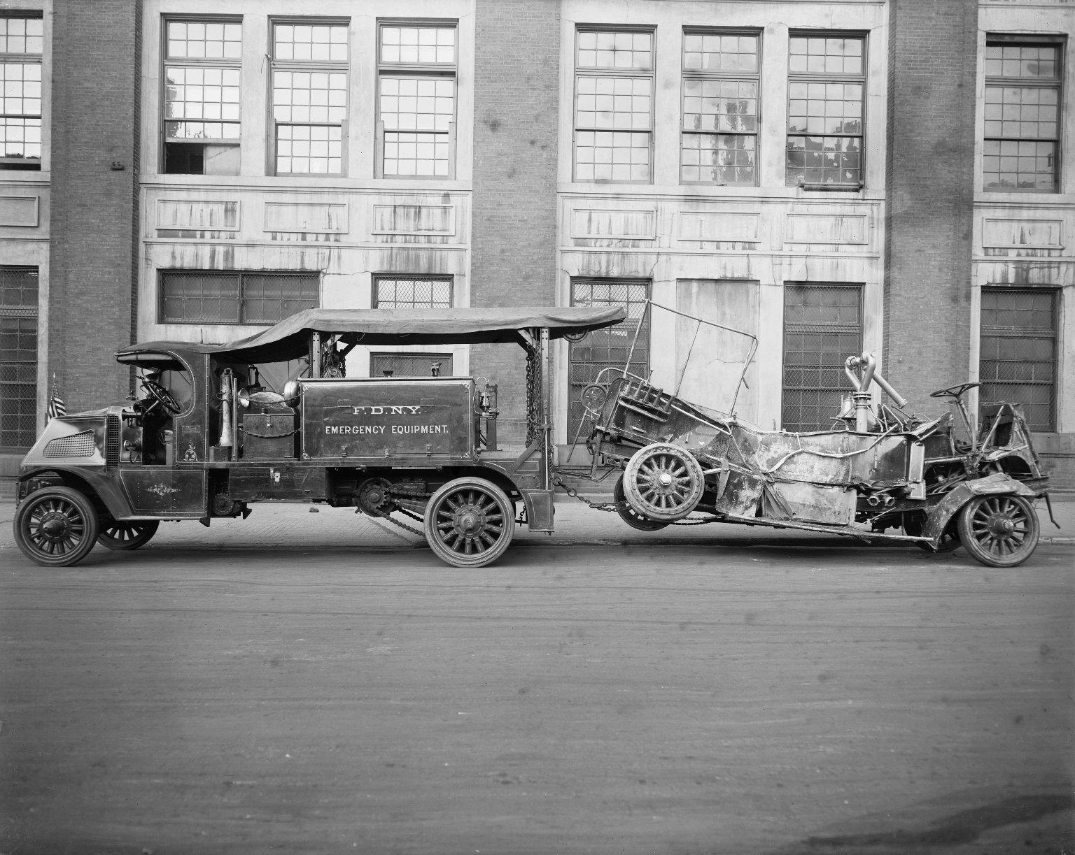 Эвакуация уничтоженного пожарного автомобиля. Нью-Йорк, США. 1920-е