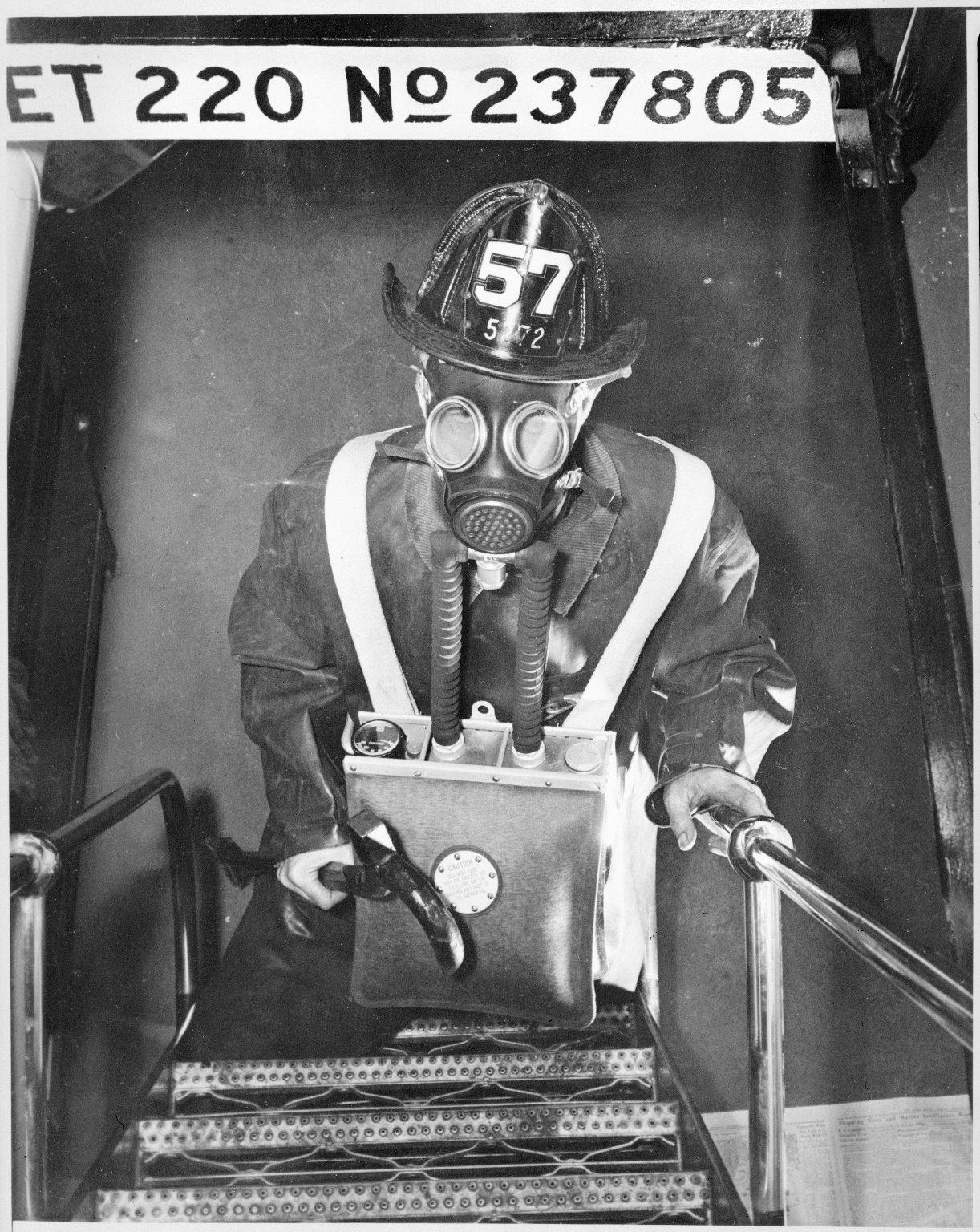 """Пожарный катер \""""Firefighter\"""". Пожарный в маске. Нью-Йорк, США. 1930-е"""