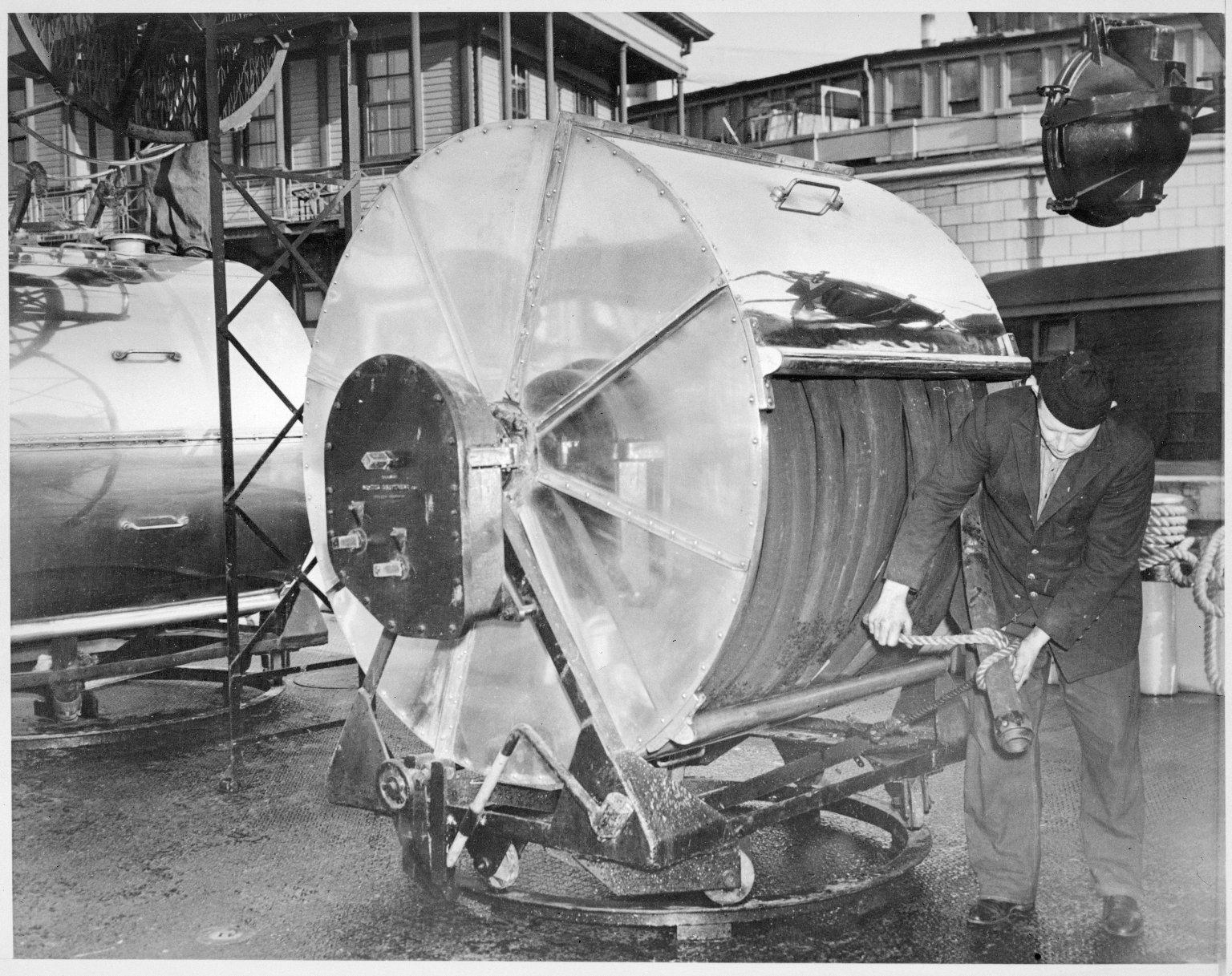 """Пожарный катер \""""Firefighter\"""". Сматывание рукавов. Нью-Йорк, США. 1930-е"""