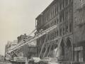 Пожарные проникают в здание по лестницам после пожара. Нью-Йорк, США. 1968 год