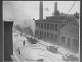 Пожар на фабрике. В работе паровой пожарный насос и моторизованная техника. Нью-Йорк, США. Начало 20 века