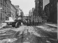 Пожарные позируют на фоне автолестницы. Нью-Йорк, США. Начало 20 века