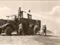 Учения пожарных с использованием военного аэродромного пожарного автомобиля Class 155, Kenworth-Mack на аэродроме Dow Field, США, 1944 год