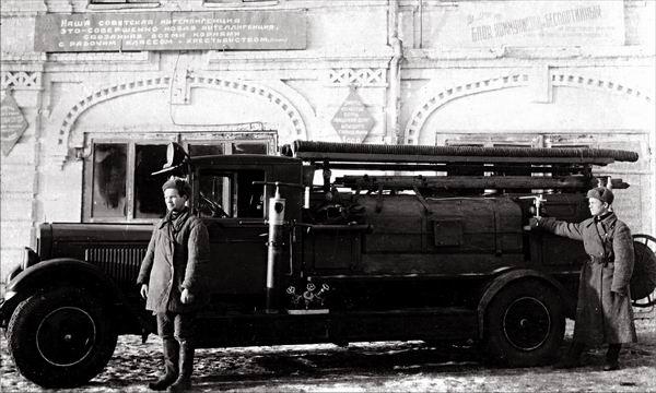 Пожарная автоцистерна на базе ПМЗ-1 (шасси ЗИС-11). Емкость - 2000 литров