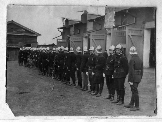 Добровольная пожарная дружина Иркутска около своего здания на Арсенальной улице