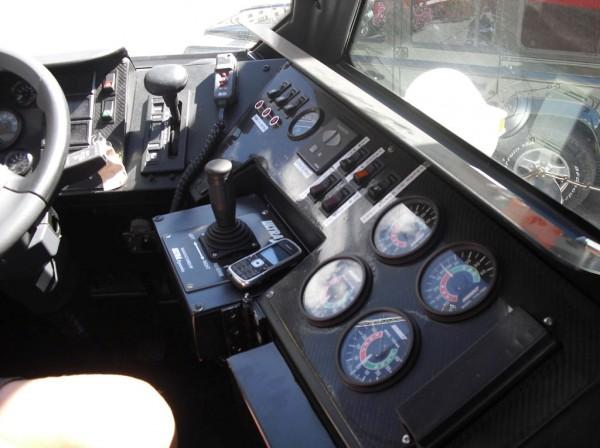 Пожарный автомобиль-амфибия Iveco Magirus Marconi Duffy. Органы управления и контроля в кабине водителя