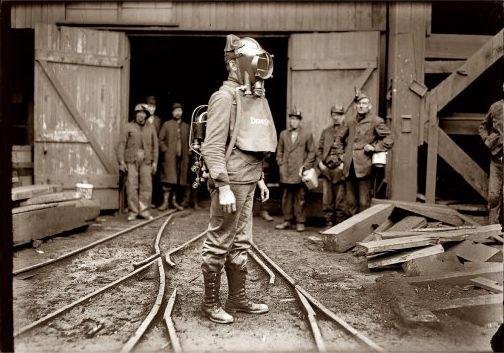Пожарный с дыхательным аппаратом Драгера, 1903 год