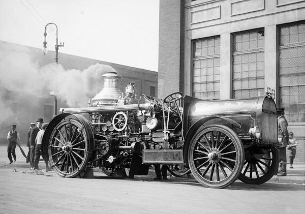 Пожарный департамент Нью-Йорка демонстрирует паровой пожарный насос, переведенный с конной тяги на автомобильную, перекресток 12 авеню и 56 улицы