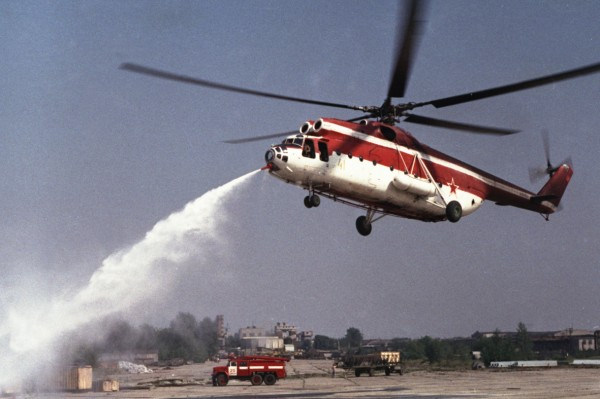 На пожарном вертолете Ми-6 ПЖ2 работает носовой комбинированный лафетный ствол. Испытания на Химкинском водохранилище.