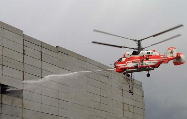 Пожарный вертолет Ка-32А1 с системой горизонтального тушения в работе