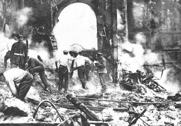 """Разбор завалов после пожара в театре """"Новедадес"""", Мадрид. Испания, 1928 год"""