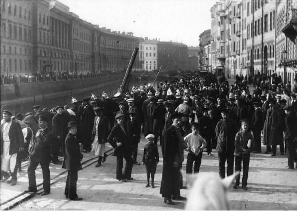 Подъем автомобиля из реки. Народная набережная, Санкт-Петербург, 1916 год. Фотография К. Булла