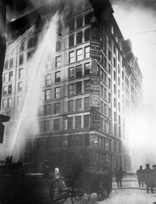 Пожарные борются с огнем в здании Asch. Совсем недавно доказавшая свою эффективность спринклерная система показалась слишком дорогой для собственников здания, и не была установлена.