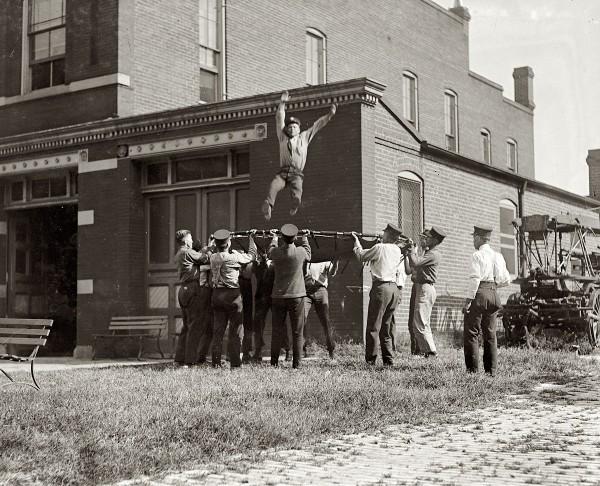 Тренировки пожарных с использованием спасательной сети. Вашингтон, США, 1920 год