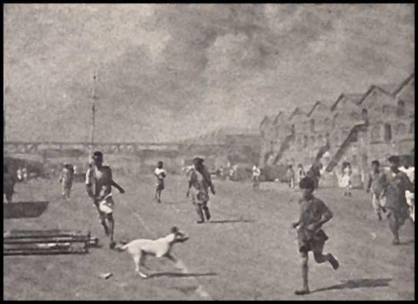 Работники порта бегут от пожара