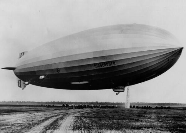 """Дирижабль LZ-129 """"Гинденбург"""" маневрирует на взлетном поле перед приземлением, 6 мая, 1937 года"""