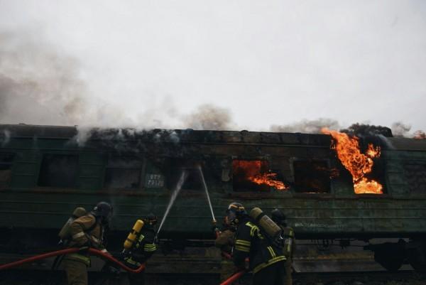 Общий вид горящий поезда