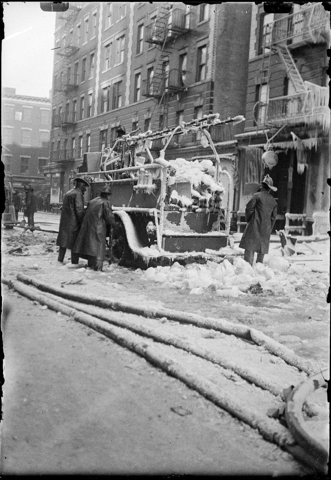 Обледеневший пожарный насос на месте пожара. Нью-Йорк, США. Начало 20 века