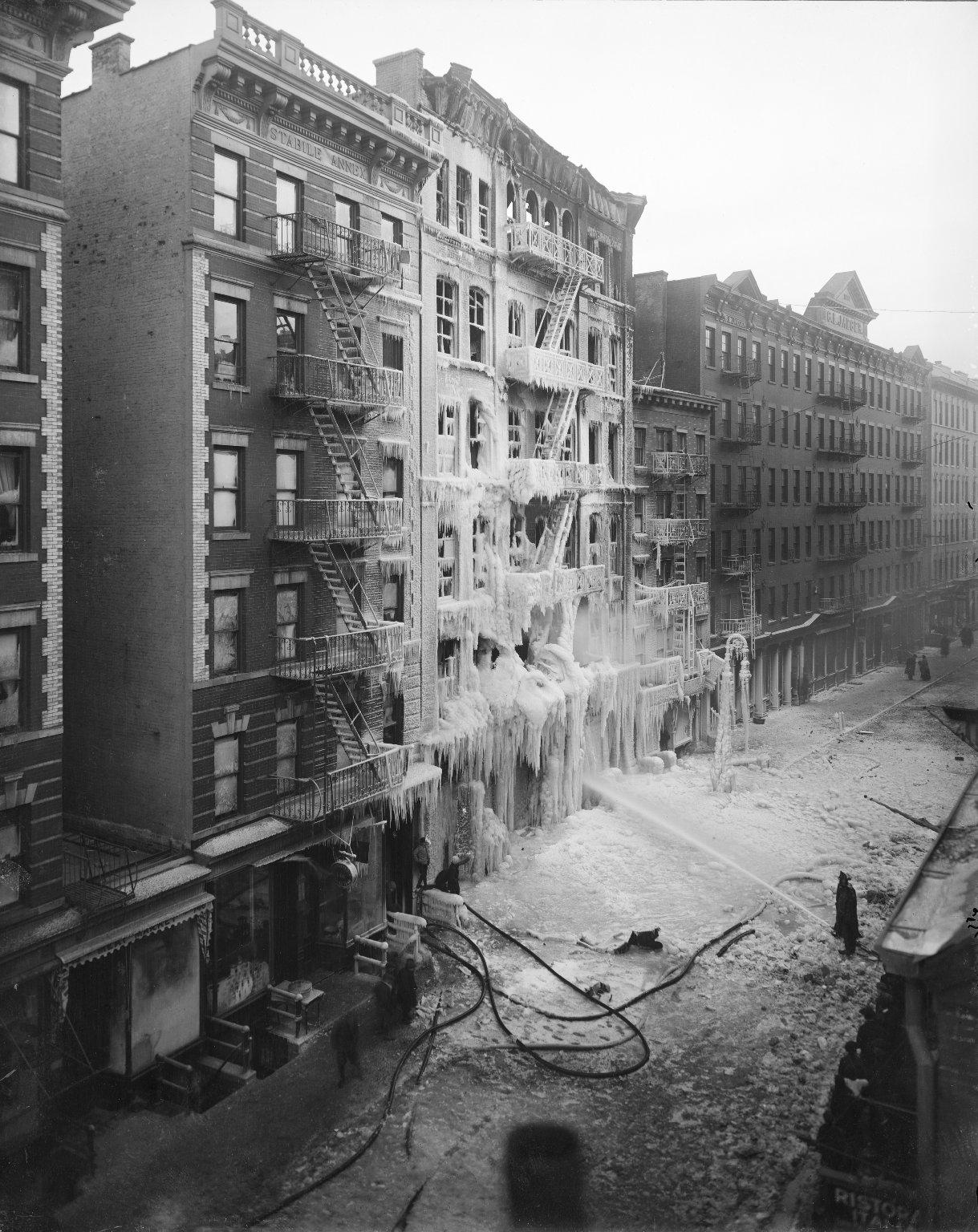 Тушение пожара на Малберри Стрит, 142-144, Нью-Йорк, США, 1939 год