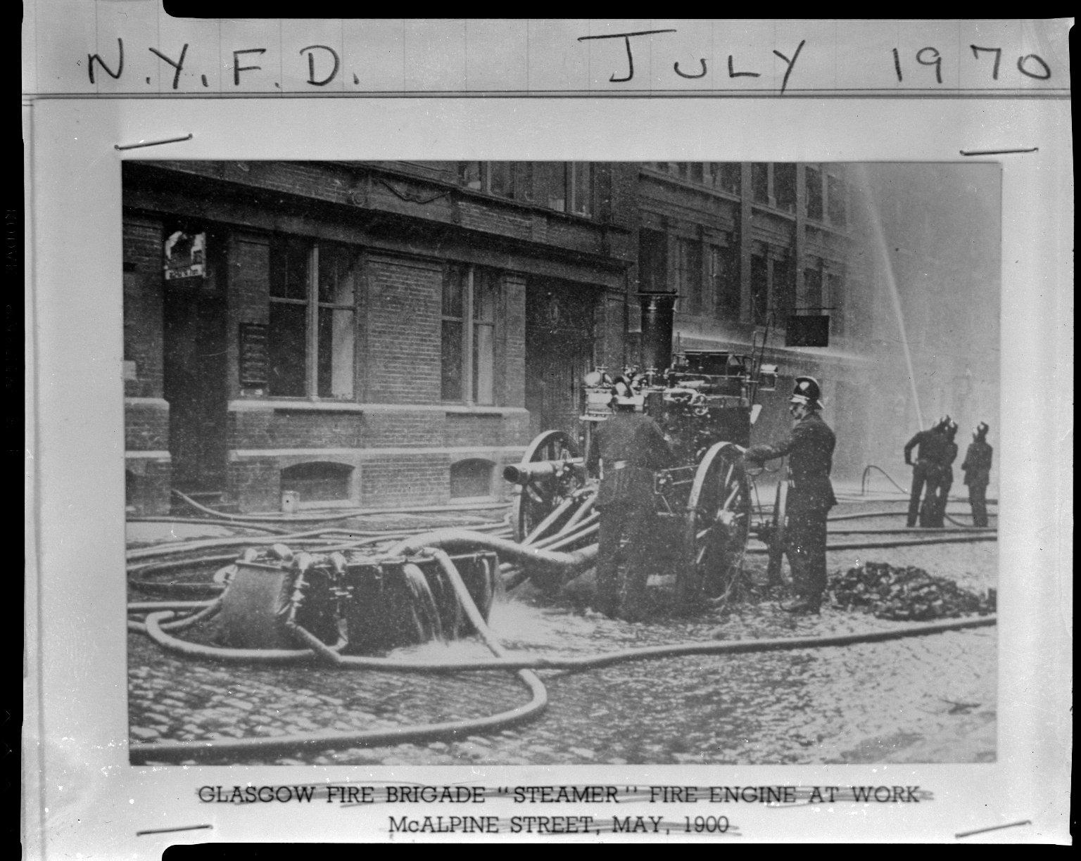 Паровой пожарный насос пожарной бригады Глазго в работе. Нью-Йорк, США. Май 1900 года