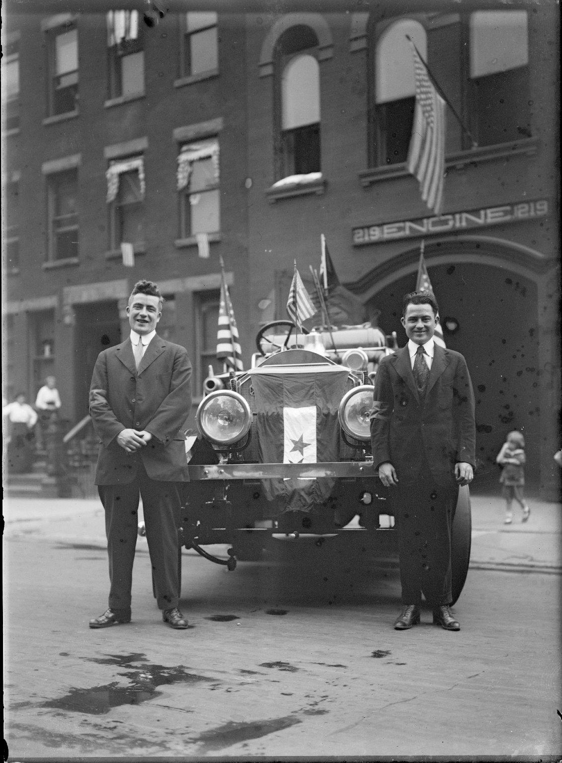 Пожарное депо  № 219, Дин Стрит, 735. Двое мужчин без униформы и пожарный автомобиль. Нью-Йорк, США, начало 20 века