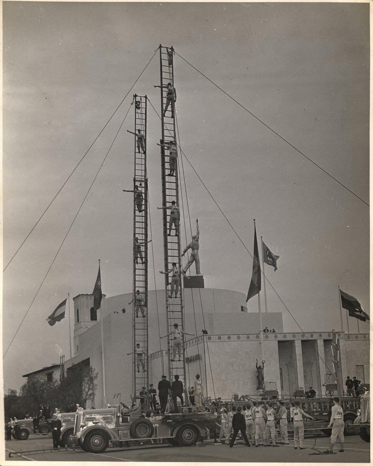 Выступление пожарных на публичном мероприятии. Нью-Йорк, США. Июнь 1939 года