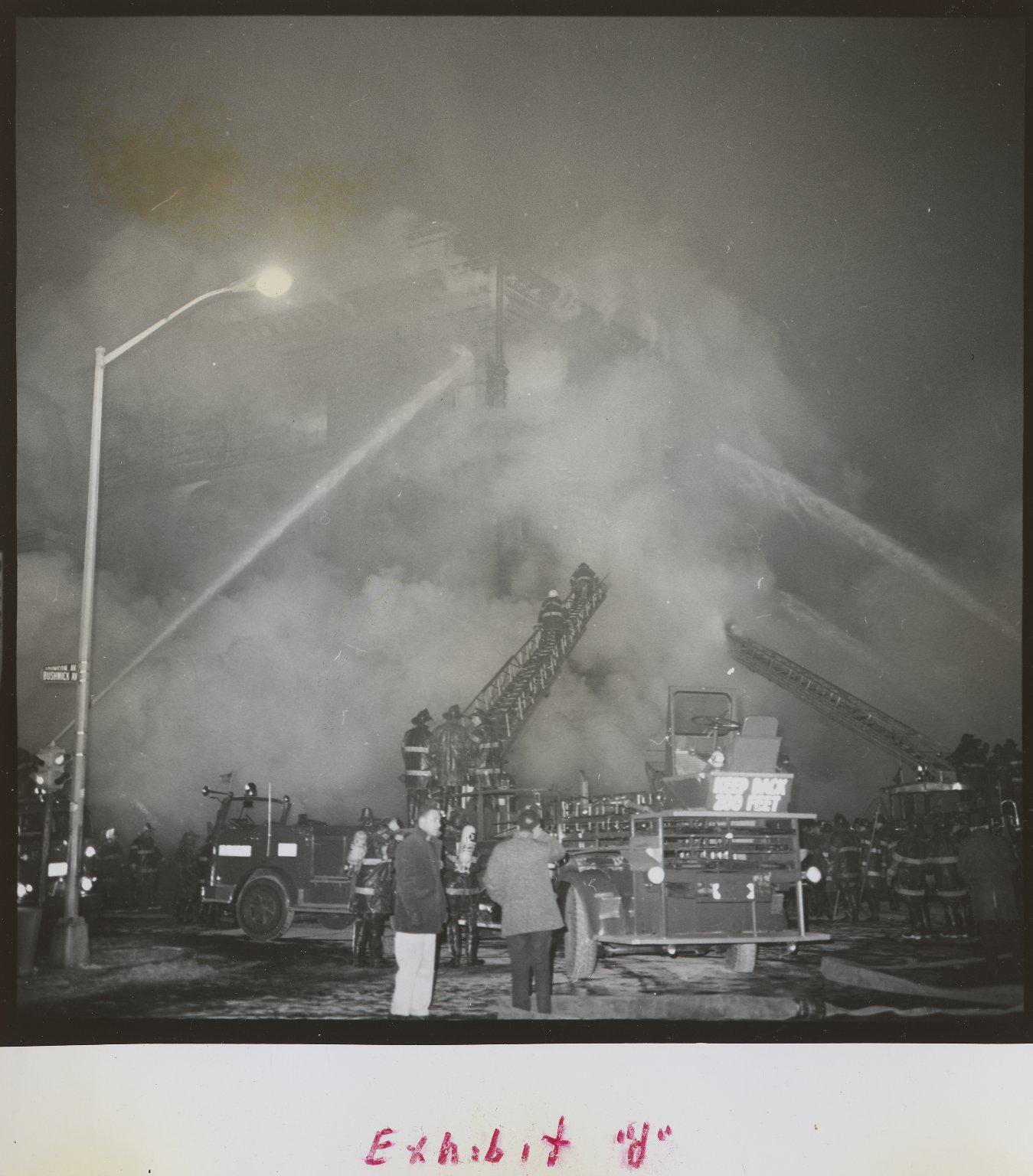 Пожарные автомобили на тушении горящего здания. Нью-Йорк, США. Январь 1968 года