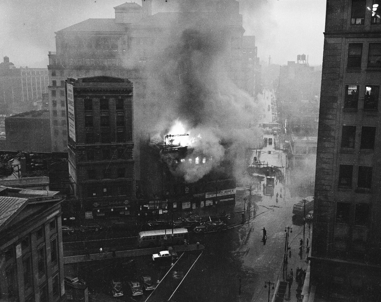 Пожар в центре Бруклина, Нью-Йорк, США. 1950-е
