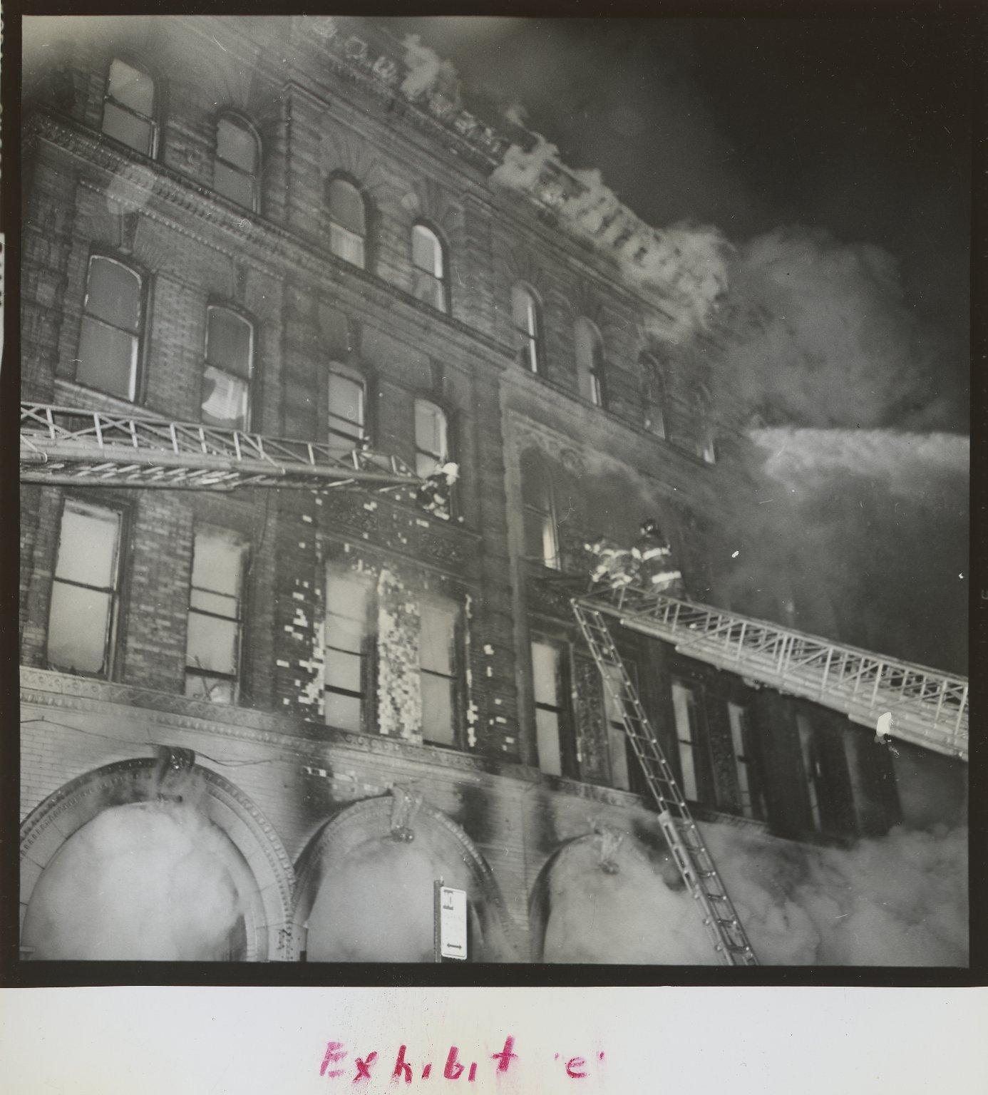 Пожарные поднимаются по лестнице. Нью-Йорк, США.1968 год
